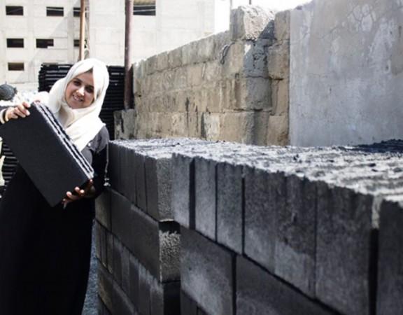 engenheiras-usam-escombros-guerra-gaza-fazer-tijolos-ajudam-reconstruir-regiao