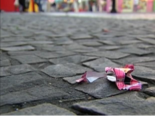 Proejto de lei quer multar quem jogar lixo na rua em Curitiba