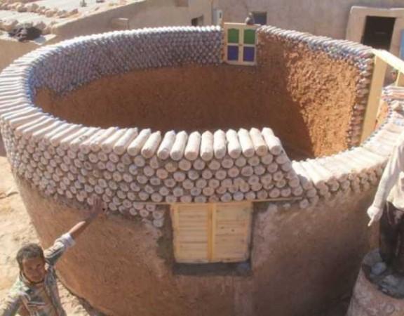 refugiado-constroi-casas-garrafas-plastico-conexao-planeta