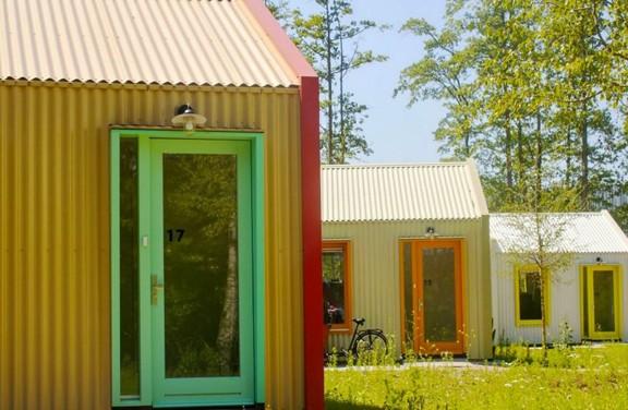 Esta vila colorida e movida a energia solar foi criada para pessoas em situação de rua na Holanda