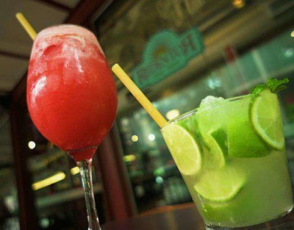 Bar de São Paulo substitui canudo de plástico por macarrão