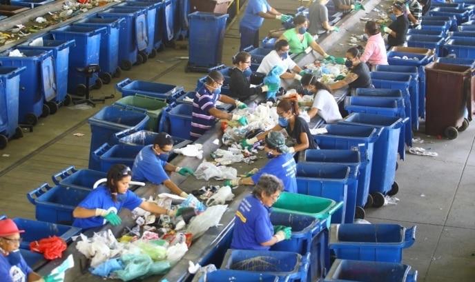 Catadores fazendo a triagem de materiais recicláveis