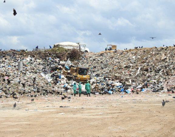 Estudo foi feito pelo Fundo Mundial para a Natureza (WWF) e divulgado nesta segunda (4). País produz 11 milhões de toneladas de lixo plástico por ano.