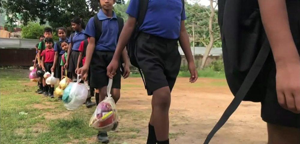 A escola onde crianças pagam mensalidade com plástico