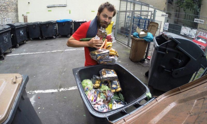 """Francês pedala de Paris a Varsóvia comendo só """"lixo"""" para protestar contra desperdício de comida boa"""
